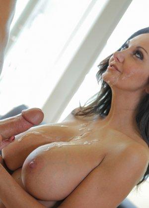 Прекрасный секс со зрелой большегрудой брюнеткой Авой Аддамс - фото 13