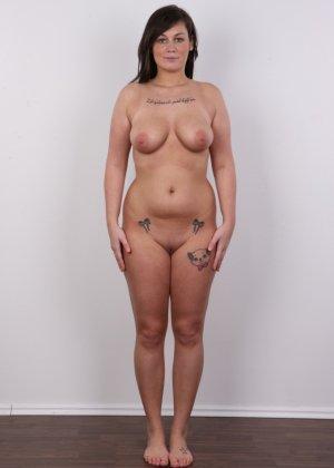 Жопастая красотка с большими сиськами показала соблазнительное тело - фото 11