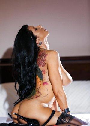 Роми Рэйн очень эротично показывает свою сексуальную фигуру, снимая с себя нижнее белье - фото 7
