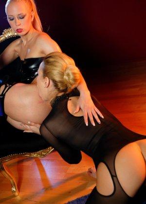 Блондинка лесбиянка садиться на стул, чтобы ее подруга смогла сделать незабываемый куннилингус - фото 9