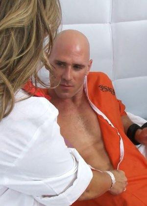 Сиськастая медсестра в тюрьме трахнулась с лысым зеком по заказу - фото 4