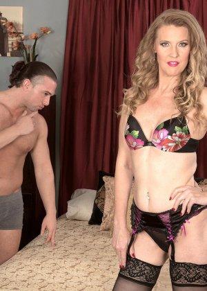 Блондинистая проститутка в чулках ебется на износ с любовником - фото 6