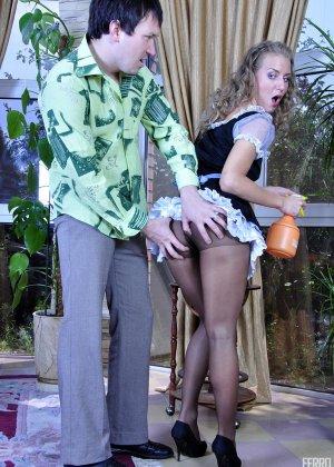 Горничная не смогла отказать хозяину, когда старый хер полез в ее трусики - фото 3