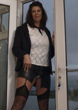 Зрелая британская красотка показывает свое шикарное тело, одевшись в сексуальное белье - фото 7