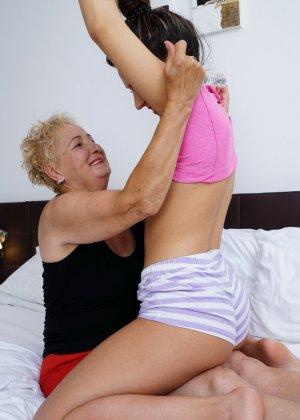 Молодая девушка развлекается со зрелой женщиной, познавая друг друга в лесбийских ласках - фото 10