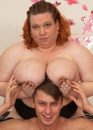 Женщина шокирует молодого парня объемом своих грудей - фото 15- фото 15- фото 15