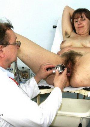 Женщина с волосатой пиздой раздвигает ноги перед мужчиной-гинекологом и показывает ему всё - фото 14