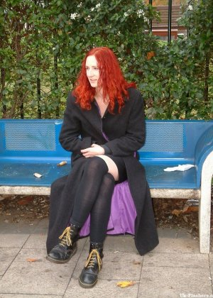 Рыжеволосая развратница совсем не стесняется раздеться на улице, а затем удовлетворять себя вибратором - фото 8