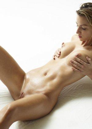 Эротические фото красивой худенькой девушки с маленькой грудью - фото 14