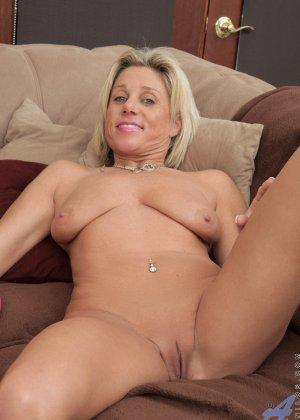 Зрелая блондинистая женщина развлекается перед камерой с новенькой секс игрушкой - фото 11
