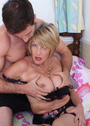 Молодой мужчина ощупывает зрелую даму везде, а что происходит между ними дальше – никто не увидит - фото 15