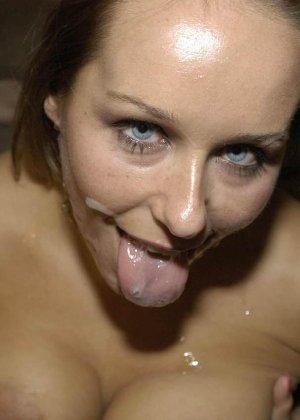 Симпатичной красотке кончили на лицо и заставили облизывать сперму - фото 11