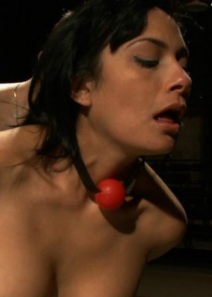 БДСМ с элементами жестокого порева заканчивается самым ярким оргазмом в жизни брюнетки - фото 10