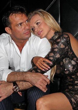 Блондинка Джоана Крупа обнимается со своим новым богатеньким мужиком - фото 7