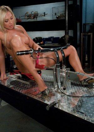 Рисковая блондинка пробует себя на мощной машине, которая доставляет массу удовольствия - фото 1