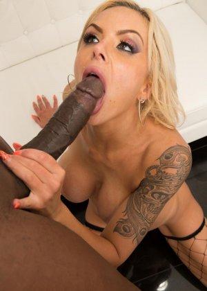 Блондинка Моника обожает глотать тепленькую сперму которая накопилась у негров - фото 6