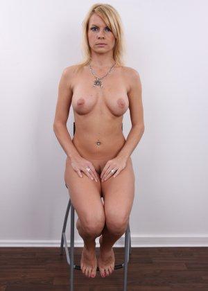 Девушка позирует перед камерой в обнаженном виде у стула - фото 14