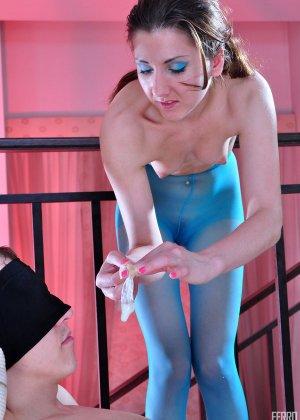 Девушка в синих колготках решает отдаться мужчине, не снимая капрон – его это очень возбуждает - фото 20