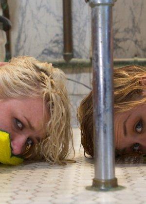 Девчонки устроили жесткий трах двух блондинистых студенток - фото 8