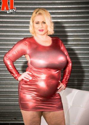 Пухлая блондинка снимет красное сексуальное платье, чтобы мужики пустили слюну на аппетитный бюст - фото 5