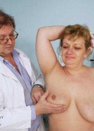 Женщина приходит на осмотр к врачу и не ожидает, что ее так тщательно будет разглядывать мужчина - фото 2
