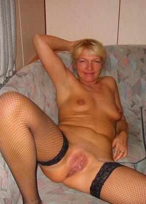 Зрелую блондинку с рыхлой пиздой трахает паренек от первого лица - фото 1