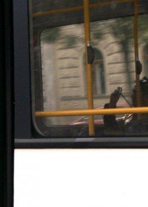 Парнишка начал жарить её в автобусе а после вывез в лес и кончил на грудь - фото 9