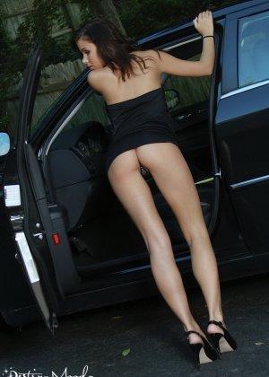 Сексуальная деваха в соблазнительном платье показала попку - фото 4