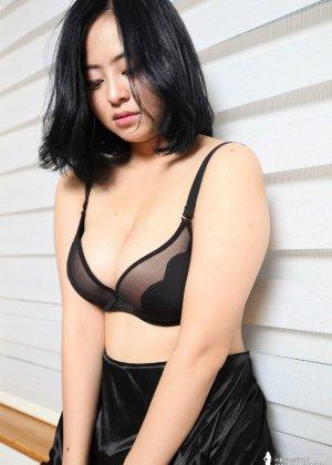 Красивая милашка азиатской внешности сбрасывает с себя лишнюю одежду и показывает грудь - фото 33