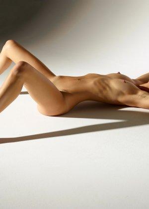 Девушка обладает идеальной фигурой, поэтому она показывает себя без всякого стеснения и стыда - фото 9