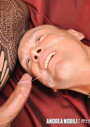 Горячая бразильская шлюшка оказывается мужчиной с членом, которым она активно тычет в анус партнера - фото 15