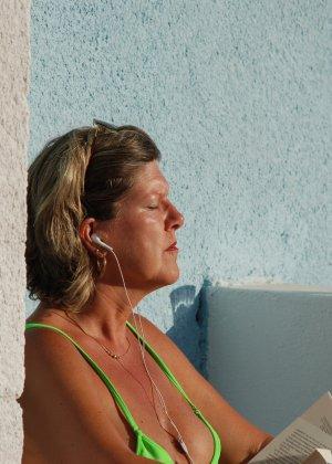 Отдых на море в эротических фото зрелой дамы на крутой фотик - фото 17