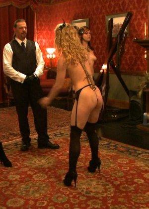 Девушки оказываются связаны и готовы показывать своим господам настоящее шоу для их удовольствия - фото 14