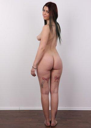 Очень красивая молодая девушка оголяет свое красивое тело перед камерой - фото 13