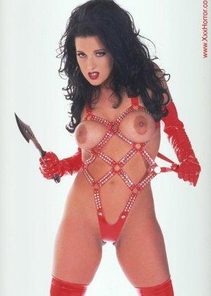 Роковая брюнетка в красном латексе позирует перед фотографом, обнажая самые соблазнительные части тела - фото 4