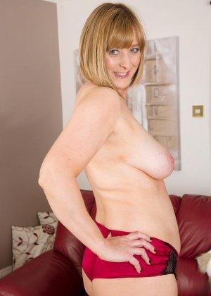 Зрелая мадам на диване показывает свою рыхлую пизду и старую грудь - фото 7