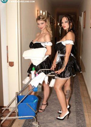 Красивая сучка снимает телку проститутку и проводит с ней лесбийские игры - фото 1