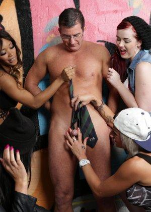 Молоденькие девочки занимаются оральным сексом с накачанным парнем - фото 16