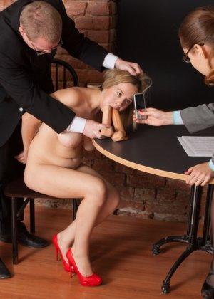 Озабоченный бос со своей секретаршей занимается развратом с незнакомкой - фото 2