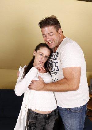 Германская проститутка забавляется со своим новым богатеньким клиентом - фото 2