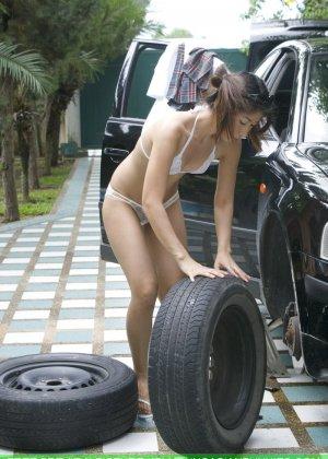 Страстная мексиканка в голом виде заменяет  колесо на машине - фото 8