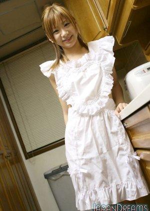 Ирука Сакано в сексуальном платье на кухне сосет мужу член - фото 2