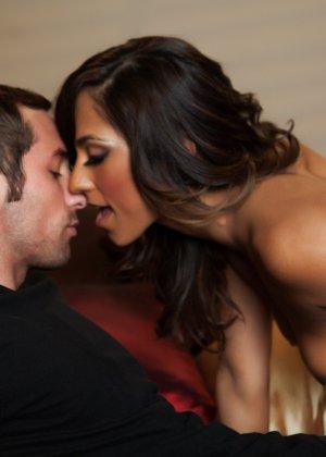 Рина опытная проститутка из эскорта, в этот раз она скачет на пенисе высокопоставленного парня - фото 2