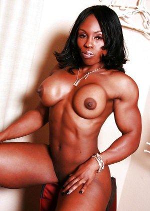 Черная женщина показывает, что занимаясь бодибилдингом можно добиться невероятных результатов - фото 3