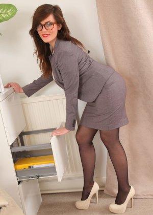 Шарлотта Роуз – шикарная секретарша, которая знает себе цену и показывает все самые лучшие части тела - фото 6