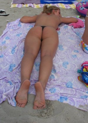 Галерея собрала в себе множество фотографий отдыхающих на пляже девушек - можно насладиться их красотой - фото 10