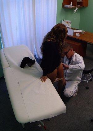 Озабоченный молодой доктор ебет своих пациенток не снимая с них трусиков - фото 14