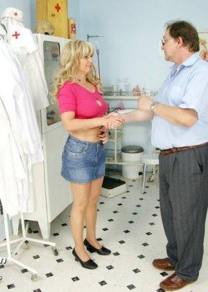 Женщина оказывается на приеме у гинеколога и раздвигает ноги для очень тщательного осмотра - фото 15