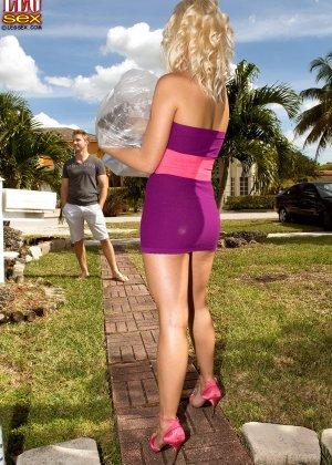 Жейден Пирсон примеряет на себя разные туфельки и позволяет целовать свои ножки, одновременно подставляя пизду - фото 1