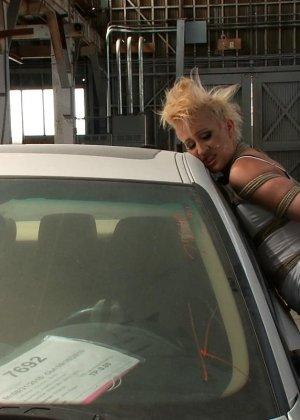 Рисковая блондинка готова принимать на свое тело множество испытаний – мужчины делают всё, что им хочется - фото 3